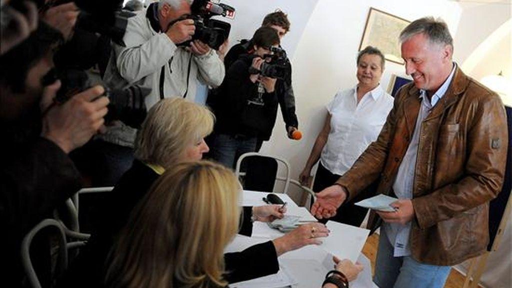 El ex primer ministro checo y presidente del Partido Cívico Democrático (ODS), Mirek Topolanek, se registra en una mesa electoral ayer antes de votar en las elecciones al Parlamento europeo. EFE