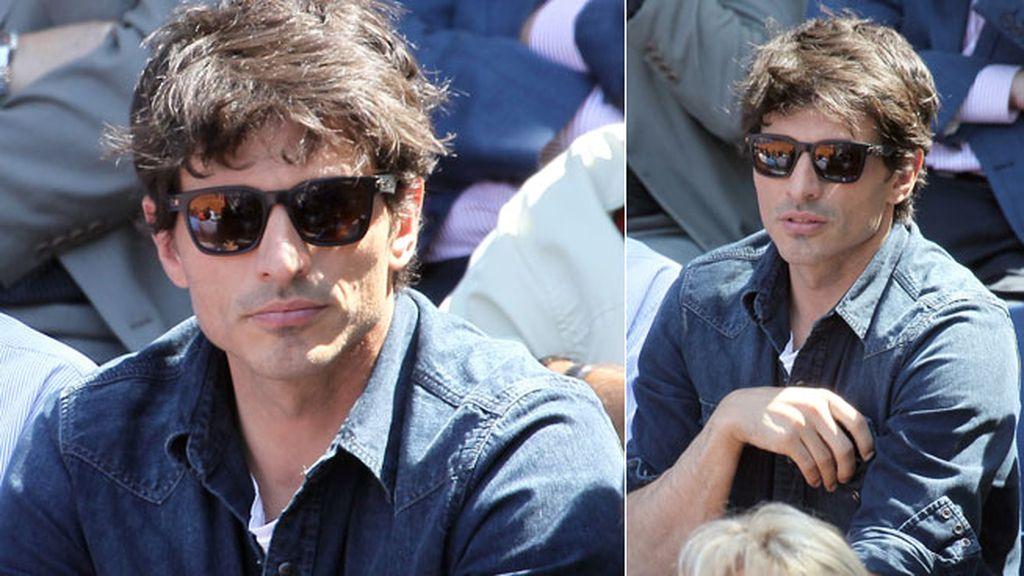 Andres Velencoso, con camisa y gafas de sol en la grada