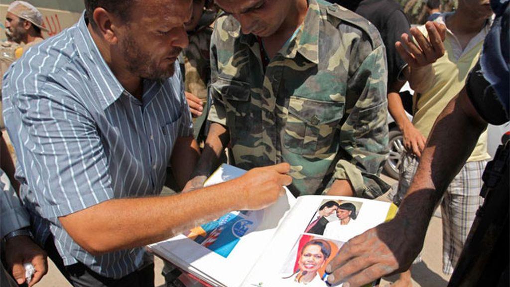 Rebeldes libios muestran un álbum de fotos del sátrapa libio.