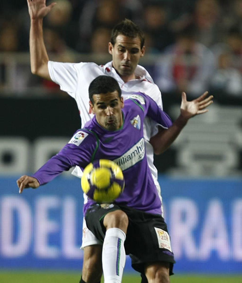 El Sevilla remonta en un partido surrealista