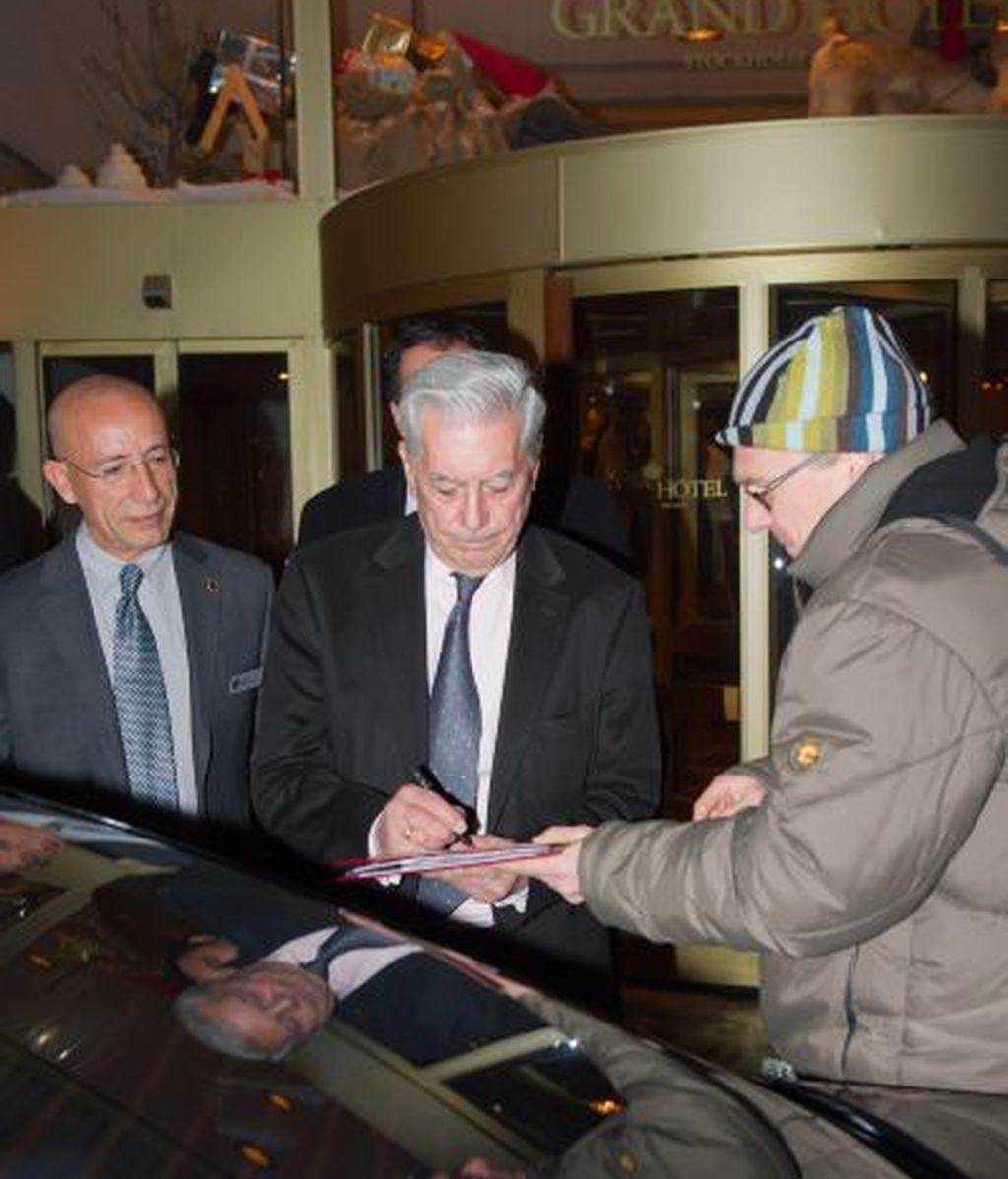 Mario Vargas Llosa firma un autógrafo a la salida de su hotel