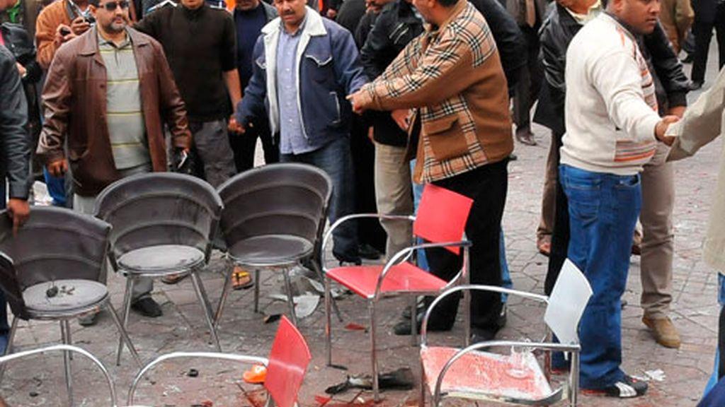 Efectivos de la policía investigan en el lugar del atentado registrado en el café Argana de la plaza Yemá el Fna de Marraquech, Marruecos, el 28 de abril de 2011.