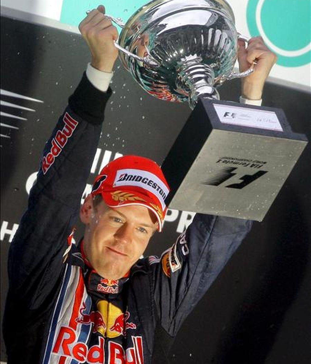 El piloto alemán de Fórmula Uno Sebastian Vettel, de Red Bull, celebra su victoria en el Gran Premio de Fórmula Uno de China, en el circuito internacional de Shanghái (China). EFE