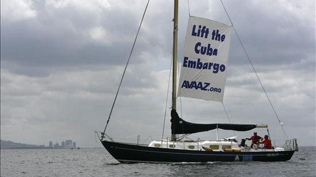 La organización de derechos humanos Avaaz, realizó una manifestación a bordo de un velero donde desplegaron un lienzo exigiendo el levantamiento del embargo a Cuba , hoy en el último día de la V Cumbre de las Américas en Puerto España (Trinidad y Tobago). EFE