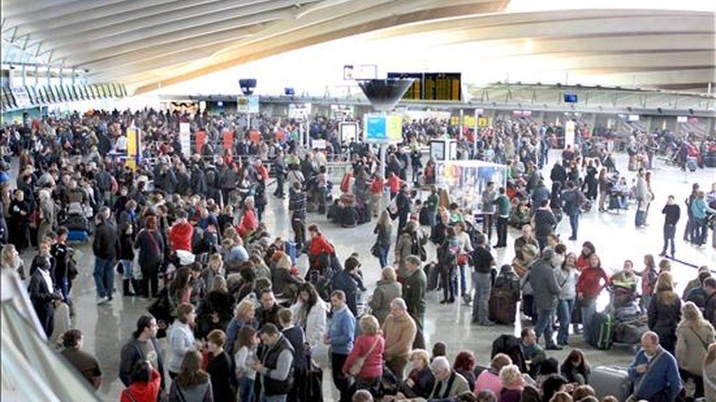 Numerosas personas, en el interior del edificio terminal del aeropuerto de Bilbao, cuyo cierre, provocado por el abandono masivo de los controladores aéreos de sus puestos de trabajo, ha afectado ya a miles de viajeros. EFE