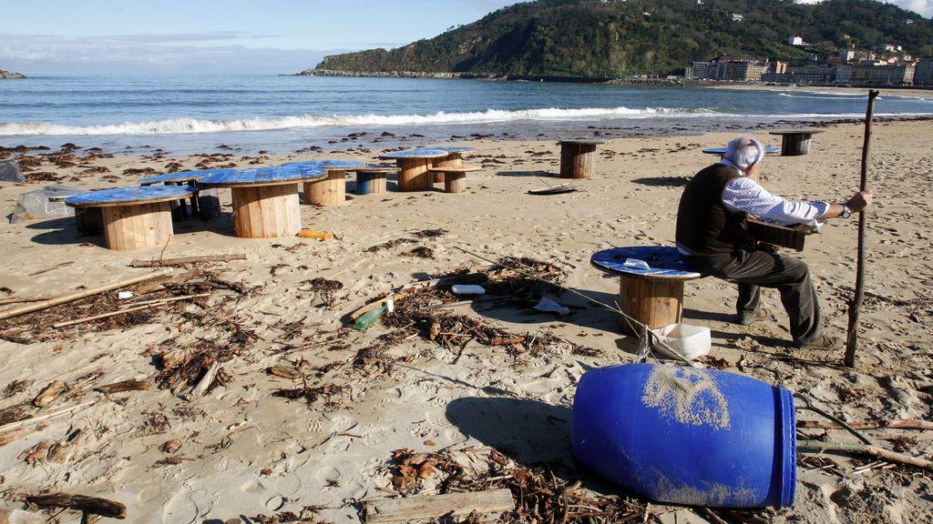 La playa de Zurriola de San Sebastián llena de basura por el temporal de viento