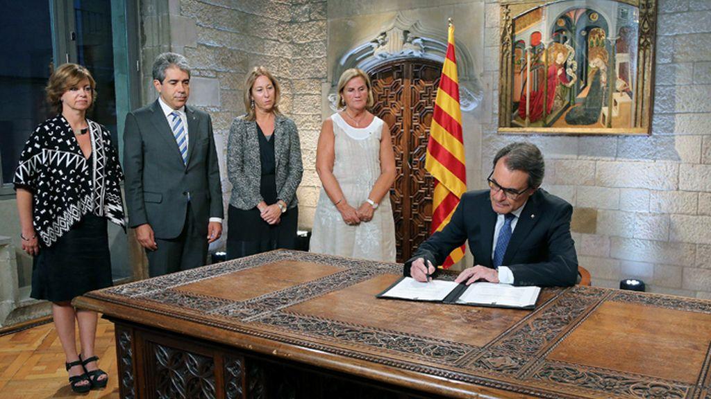 Mas firma el decreto de convocatoria del 27S
