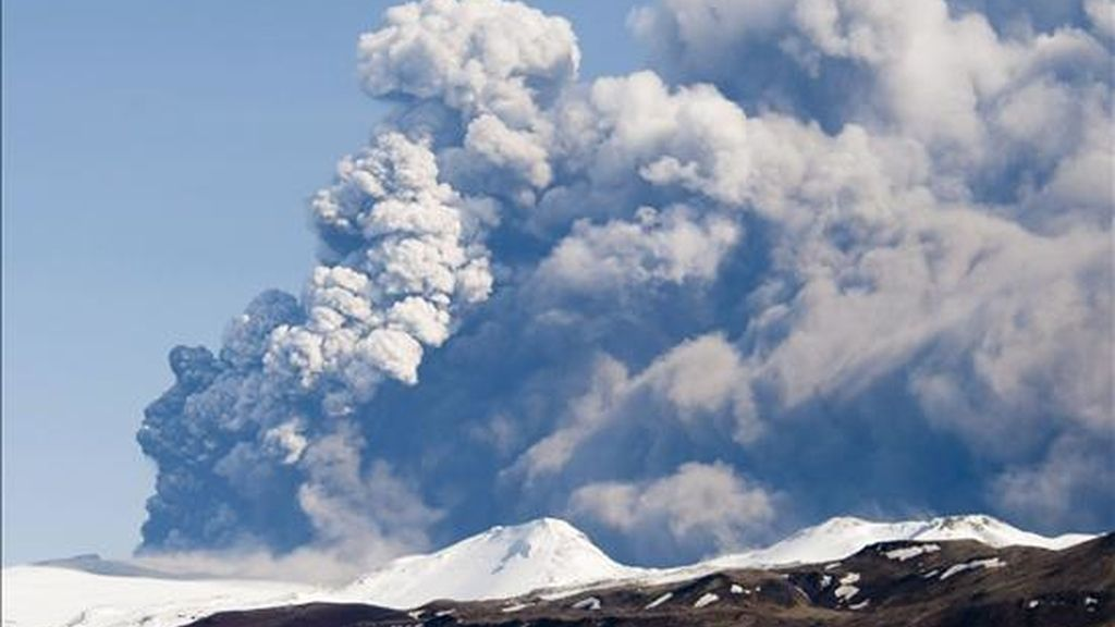 El volcán subterráneo islandés escupe una gran columna de ceniza. Vídeo: Informativos Telecinco