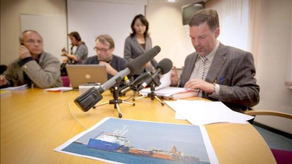 El Director General de Crisis Federal Jaak Raes (d) durante una rueda de prensa en el Pompei sobre el navio del grupo Jan De Nul que ha sido capturado por piratas somalies a unos 600 kilometos de la costa somalí, en Bruselas, Belgica, hoy 18 de abril del 2009. El navio iba cmanio de las Seychelles con una tripulación de 10 miembros incluidos dos belgas. No ha habido ninguna comunicación con el barco desde que enviara dos señales de alarma esta mañana. EFE/Didier Jouret