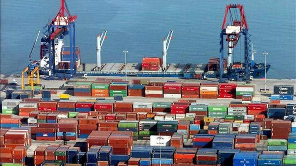 Un muelle del puerto de Bilbao lleno de contenedores. EFE/Archivo