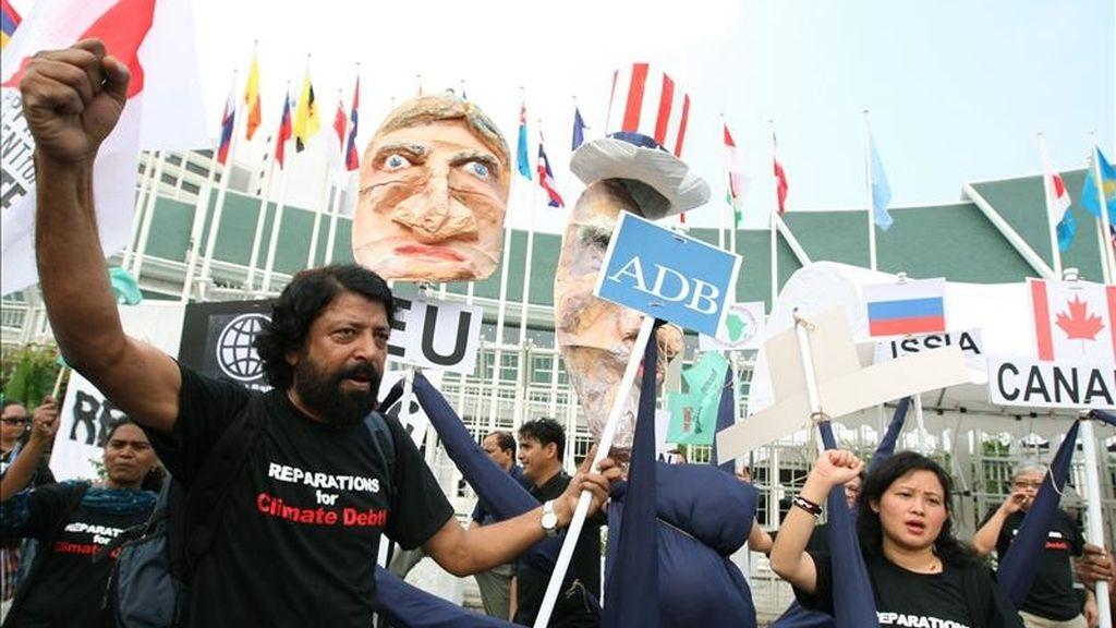 Un grupo de manifestantes protesta usando un pulpo con la cabeza del Tío Sam en frente del Centro de Conferencias de las Naciones Unidas en Bangkok, Tailandía, en el inicio de las reuniones de Secretaría de las Naciones Unidas para el Cambio Climático. EFE