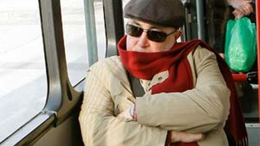 El ex director general de la Guardia Civil, Luis Roldán, ha cogido un autobús urbano en el que se ha ido a su casa tras firmar su carta de libertad. Vídeo: Informativos Telecinco