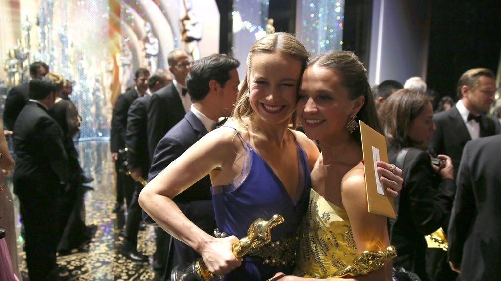 Alicia Vikander y Brie Larson celebran sus premios Óscar