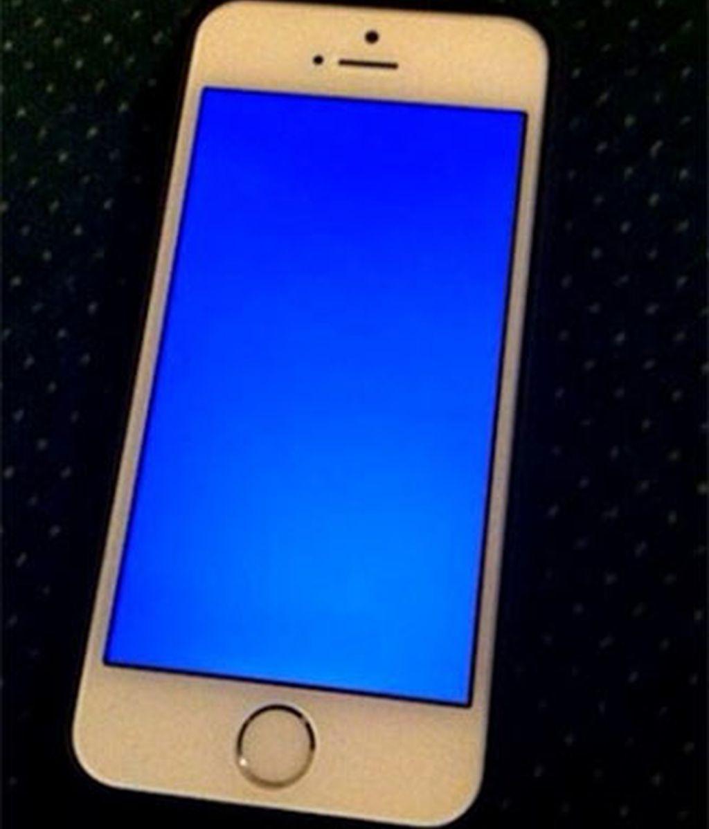 Los usuarios de iPhone 5S no lo ven nada claro ante el 'pantallazo azul de la muerte'