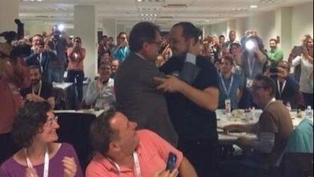 Abrazo entre Artur Mas y Fernández
