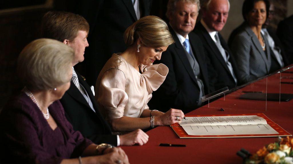 Máxima firma el acta de abdicación