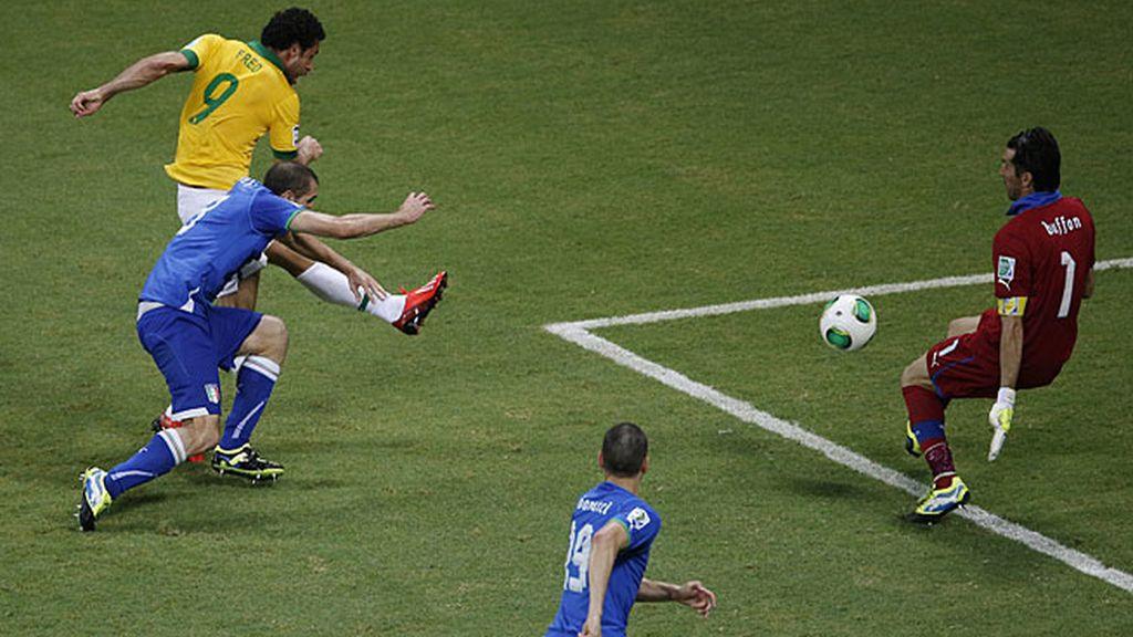 Fred puso el tercero en un mano a mano con Buffon
