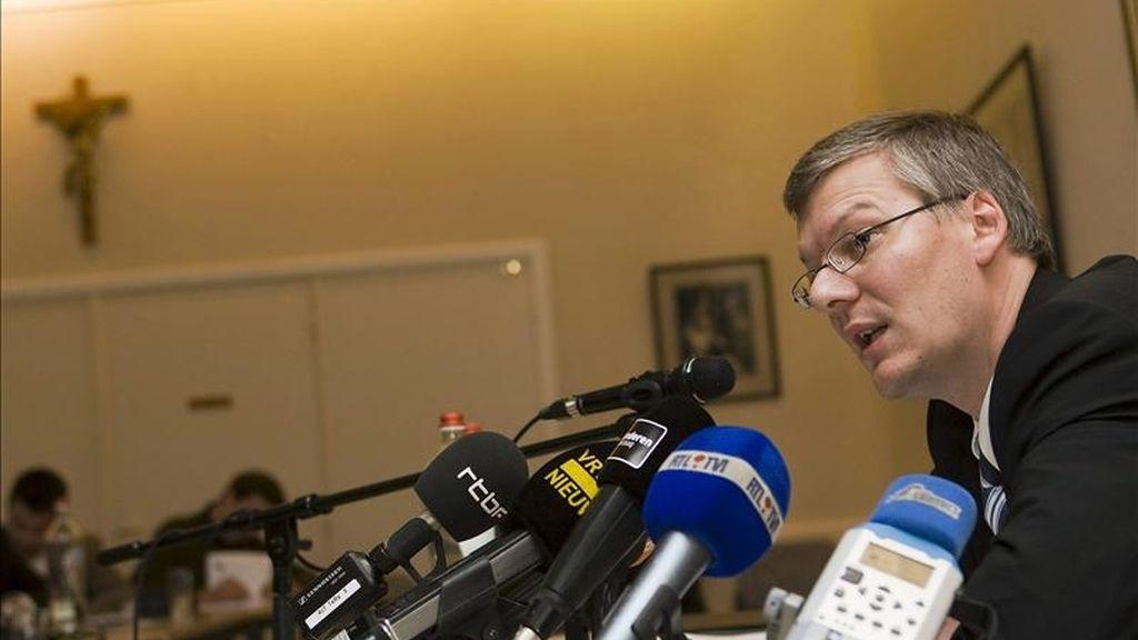 Jürgen Mettepenningen presenta su dimisión como portavoz del jefe de la Iglesia católica en Bélgica, André-Joseph Léonard, durante una rueda de prensa en Grimbergern, Bélgica, el pasado mes de noviembre. EFE/Archivo