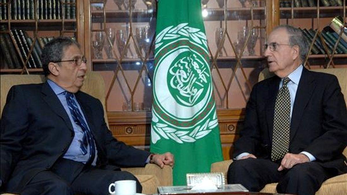 El enviado de EEUU para Oriente Medio, George Mitchell (dcha), habla con el secretario general de la Liga Árabe, Amr Moussa (izq), durante su reunión en El Cairo (Egipto), hoy 11 de junio. Mitchell ha tratado en Egipto la situación de las negociaciones para impulsar el proceso de paz en la región dentro de su gira por varios países de la zona. EFE