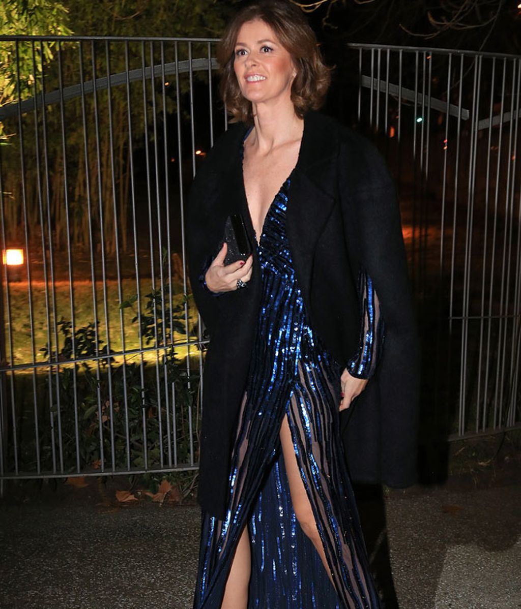 Nuria March con vestido azul brillo