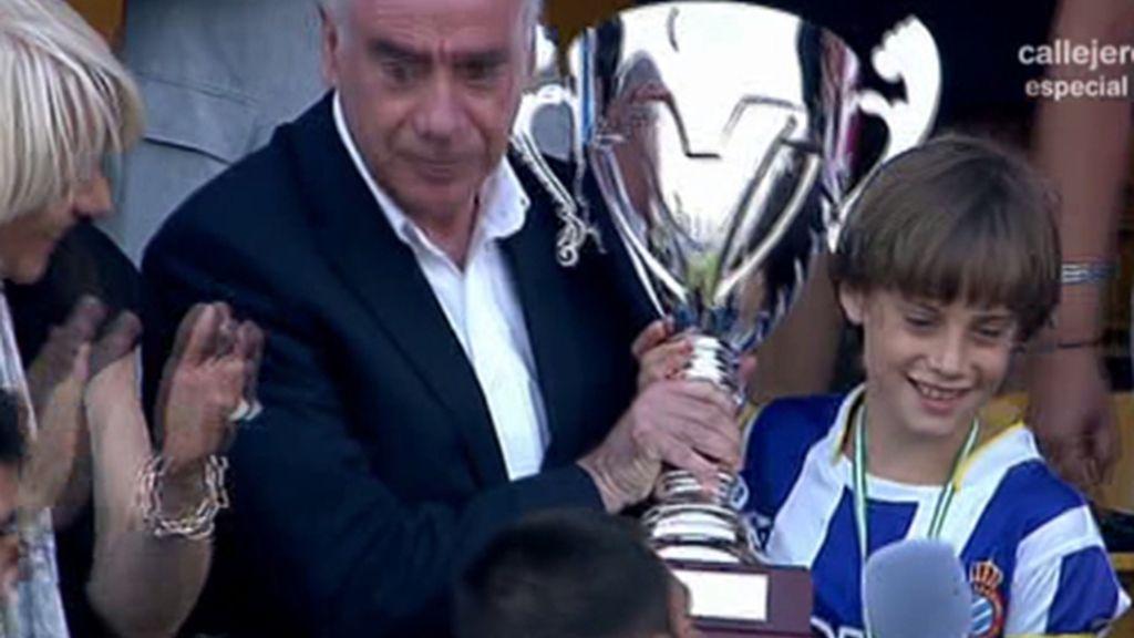 El capitán del Espanyol recoge el trofeo emocionado