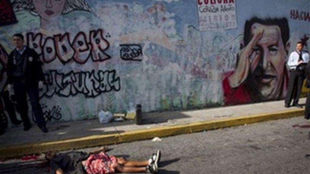 Cuerpo tendido de un joven sin identificar en una calle de Caracas. Foto:AP