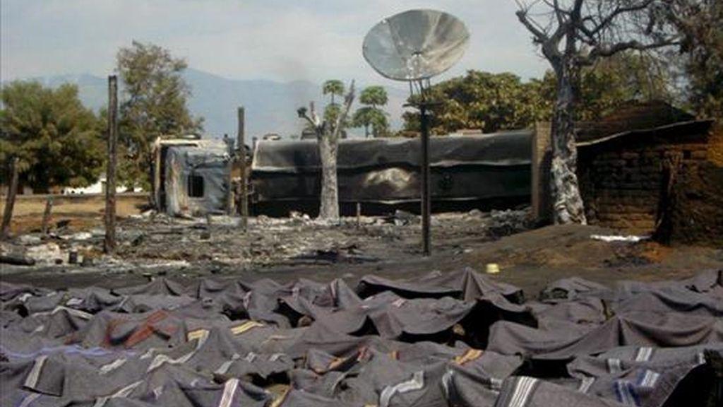 Fotografía facilitada por Radio Okapi este domingo  que muestra decenas de cadáveres tras la explosión el pasado viernes de un camión cisterna cargado de gasolina en Sange, en el este de la República Democrática del Congo. EFE