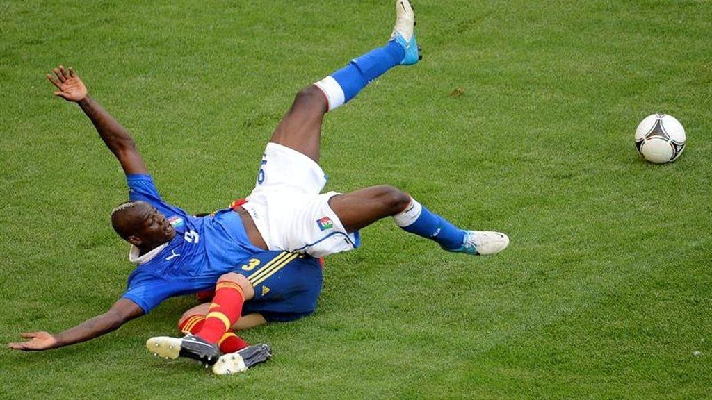 Balotelli cae encima de Piqué tras una ocasión de la Azzurra