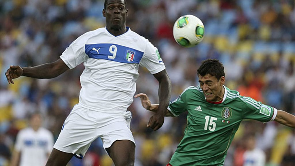 Mario Balotelli disputa un balón durante el partido