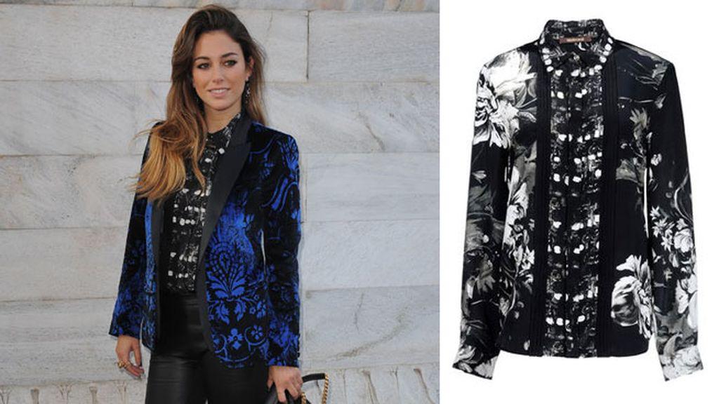 La camisa de Cavalli, combinada con una chaqueta azul eléctrico
