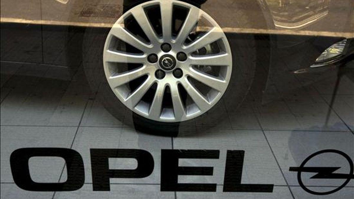 Vista del escaparate de un concesionario de la marca Opel (General Motors), una de las mayores compañías automovilísticas del mundo que se ha declarado en quiebra ante un tribunal de Nueva York. La multinacional tiene una planta en la localidad zaragozana de Figueruelas con 7500 empleado, que fabrica los modelos Corsa, Meriva y el modelo comercial Combo. EFE/Archivo