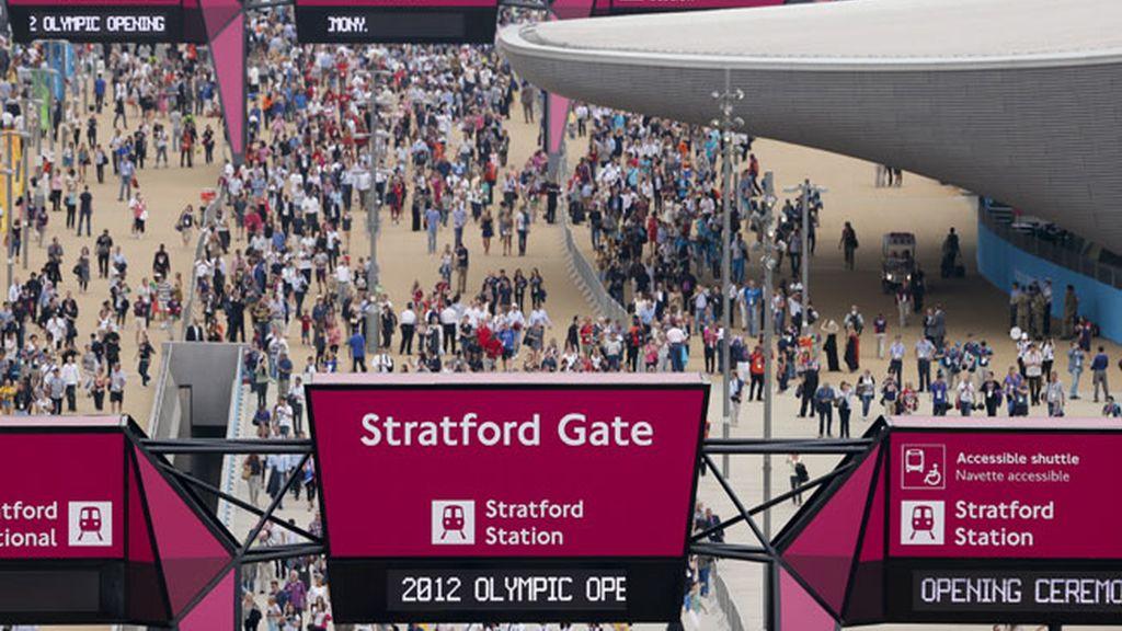 Los espectadores llegan al Parque Olímpico paea asisitir a la ceremonia inaugural de los Juegos Olímpicos de Londres 2012