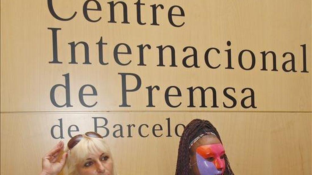 Dos prostitutas de Barcelona, a su llegada hoy al Colegio de Periodistas de Cataluña. EFE