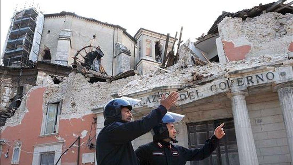 Dos carabinieri observan los daños del Palacio del Gobierno en L'Aquila, Italia, despúes del terremoto que asoló el lunes la región italiana de los Abruzos. EFE