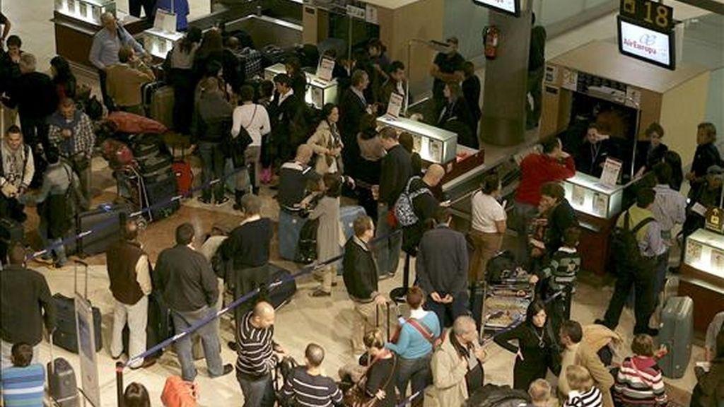 Miles de personas en los mostradores del aeropuerto de Los Rodeos, en Tenerife, después conocer que todo el espacio aéreo español se encuentra cerrado por el abandono masivo de los controladores de sus puestos de trabajo, menos Andalucía. EFE