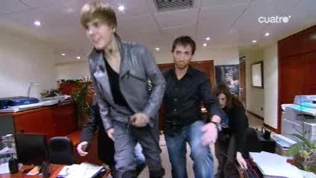 Justin Bieber sale a saludar a sus fans en la calle