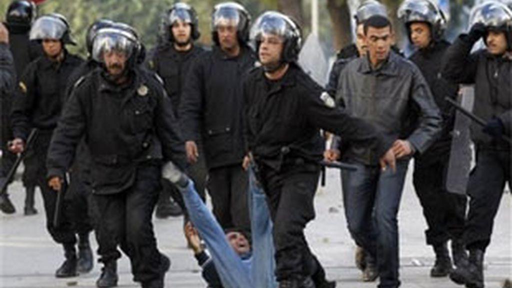 Exteriores sí recomienda a sus ciudadanos que se  abstengan de viajar a las zonas del país donde continúan los disturbios. Vídeo: Informativos Telecinco.