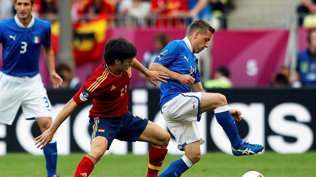David Silva presiona una balón en el partido España-Italia