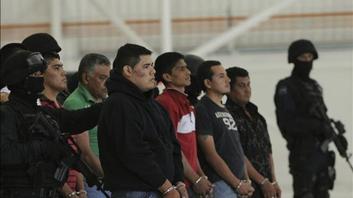 """Quince presuntos miembros de la banda de sicarios del estadounidense Edgar Valdez Villarreal, alias """"La Barbie"""", uno de los criminales más buscados en México, son presentados por agentes de la Policía Federal este 23 de abril en Ciudad de México. EFE"""