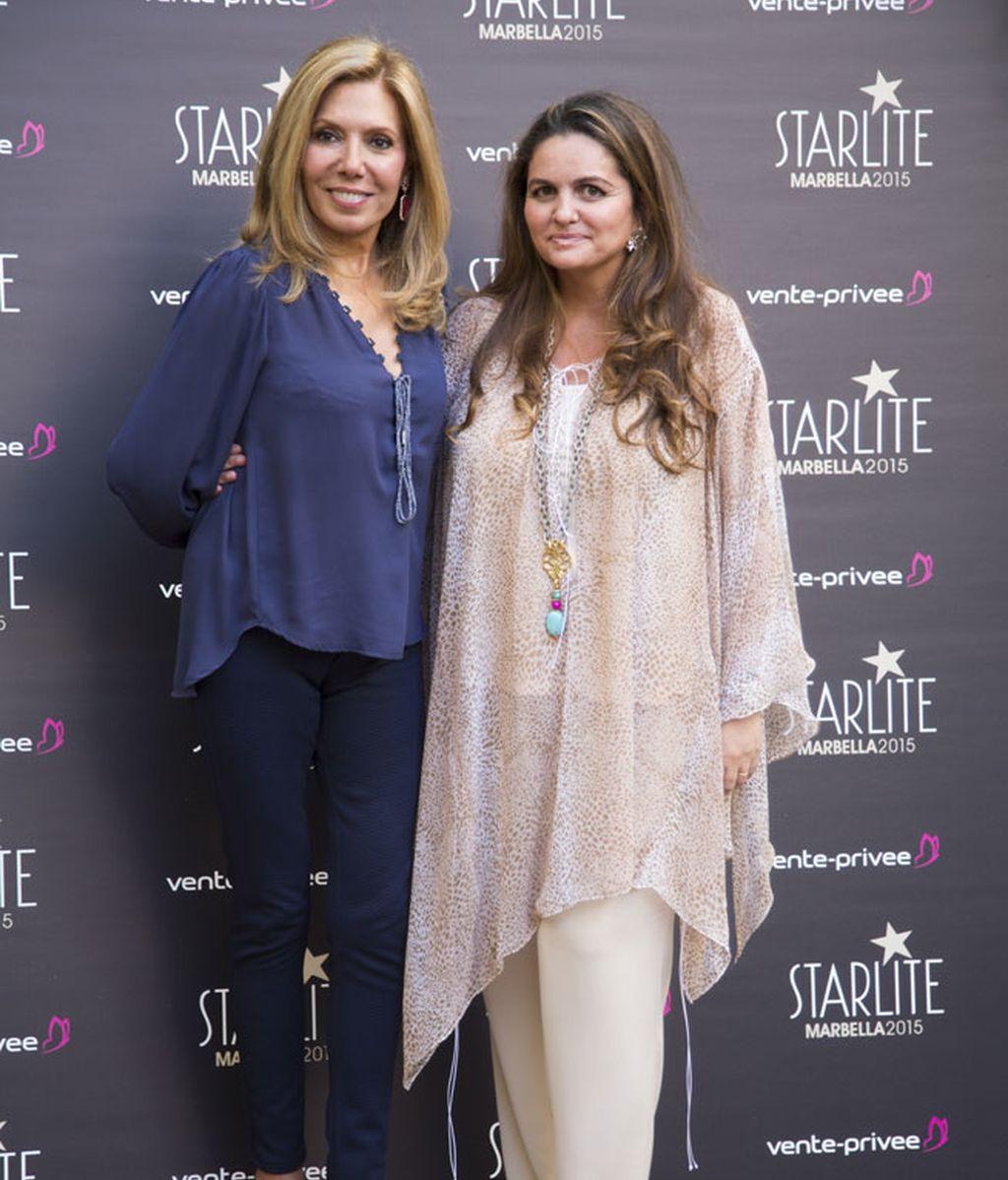 Maribel Yébenes, con distintos tonos de azul y Sandra García-Sanjuán, color nude