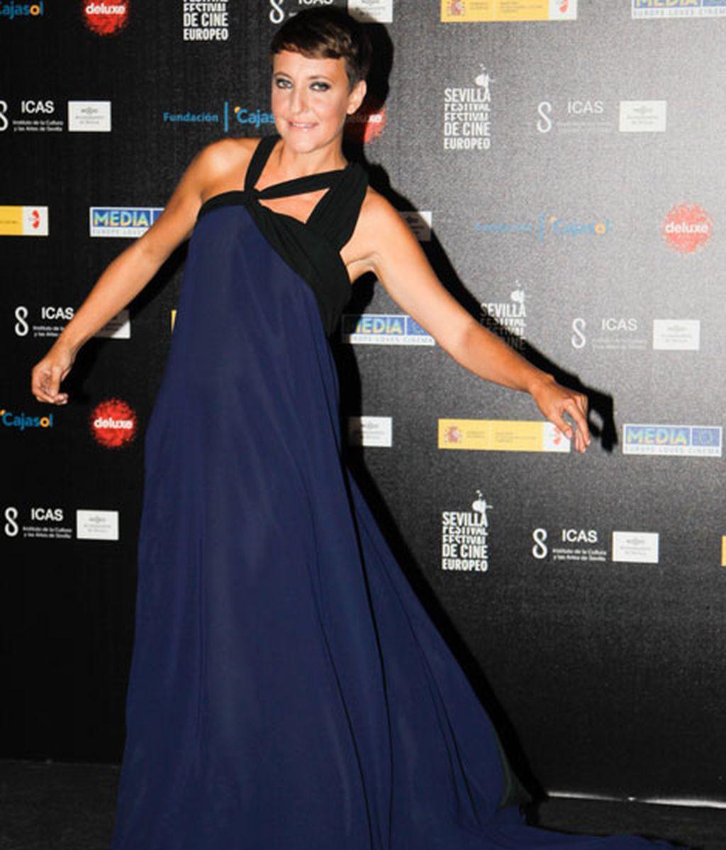Eva Hache, con vestido de aire griego en tono azul y negro
