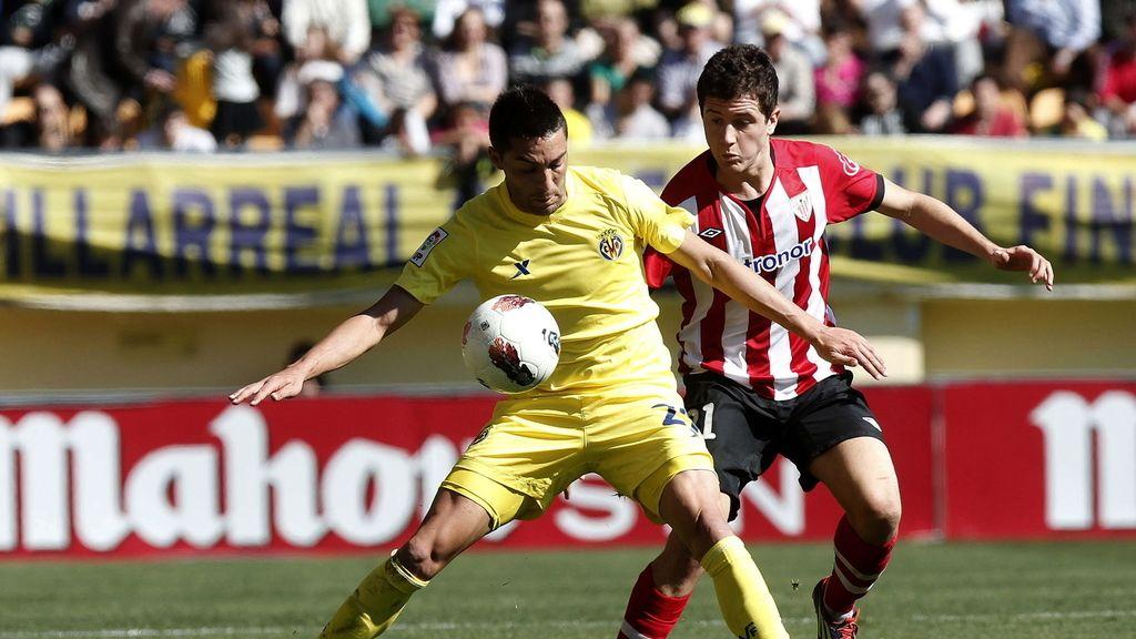 El centrocampista del Villarreal Bruno Soriano protege un balón ante la presencia del centrocampista del Athletic Club Ander Herrera durante el partido de Liga de la vigésima quinta jornada de Primera División disputado hoy en el estadio El Madrigal.