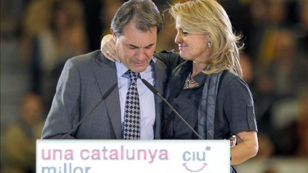 El candidato de Convergencia i Unió a la presidencia de la Generalitat, Artur Mas, con su esposa, Helena Rakosnik, durante su intervención anoche en el mitin final de campaña celebrado en el Palau Sant Jordi de Barcelona. EFE