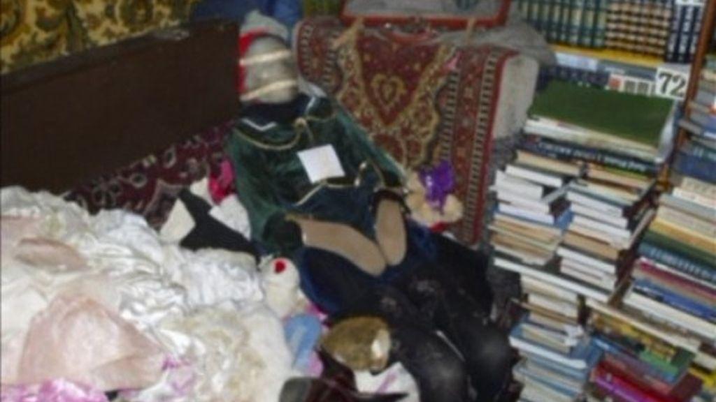 Una de las mujeres asesinadas, vestida como una muñeca.