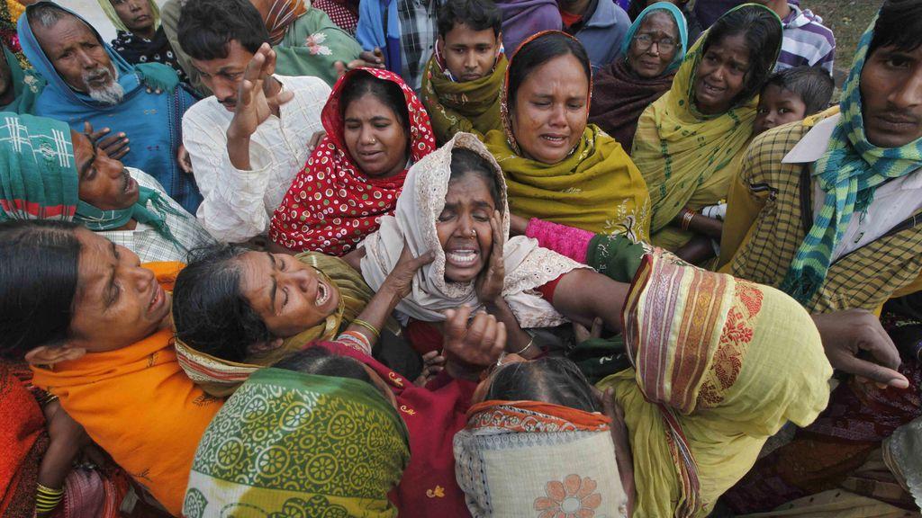 Familias de algunos de los fallecidos en India por ingerir alcohol adulterado