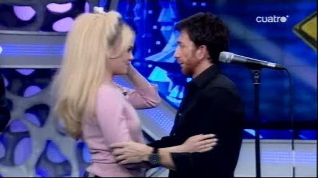 Pablo Motos le roba un beso a Duffy