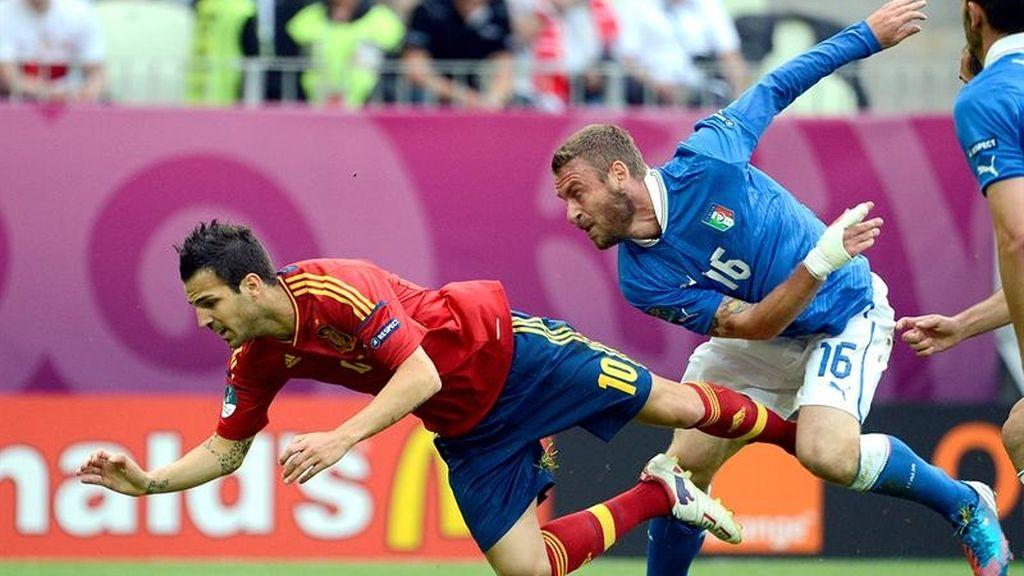 Cesc y De Rossi se disputan un balón