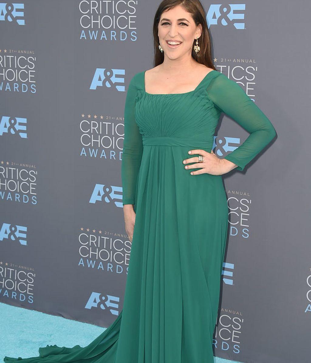 Mayim Bialik con un vestido verde de inspiración medieval