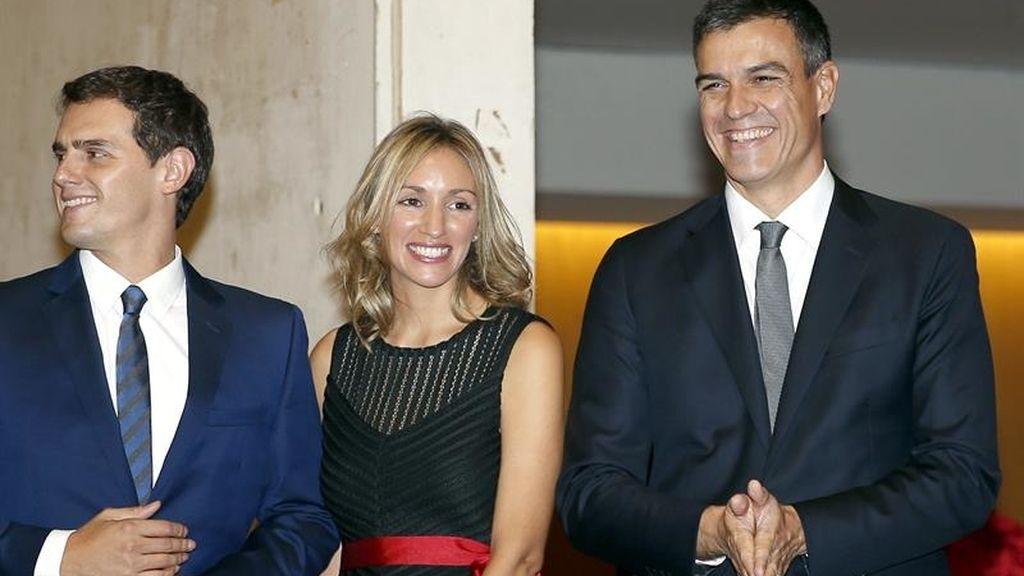 Albert Rivera, su pareja y Pedro Sánchez en el Premio Planeta