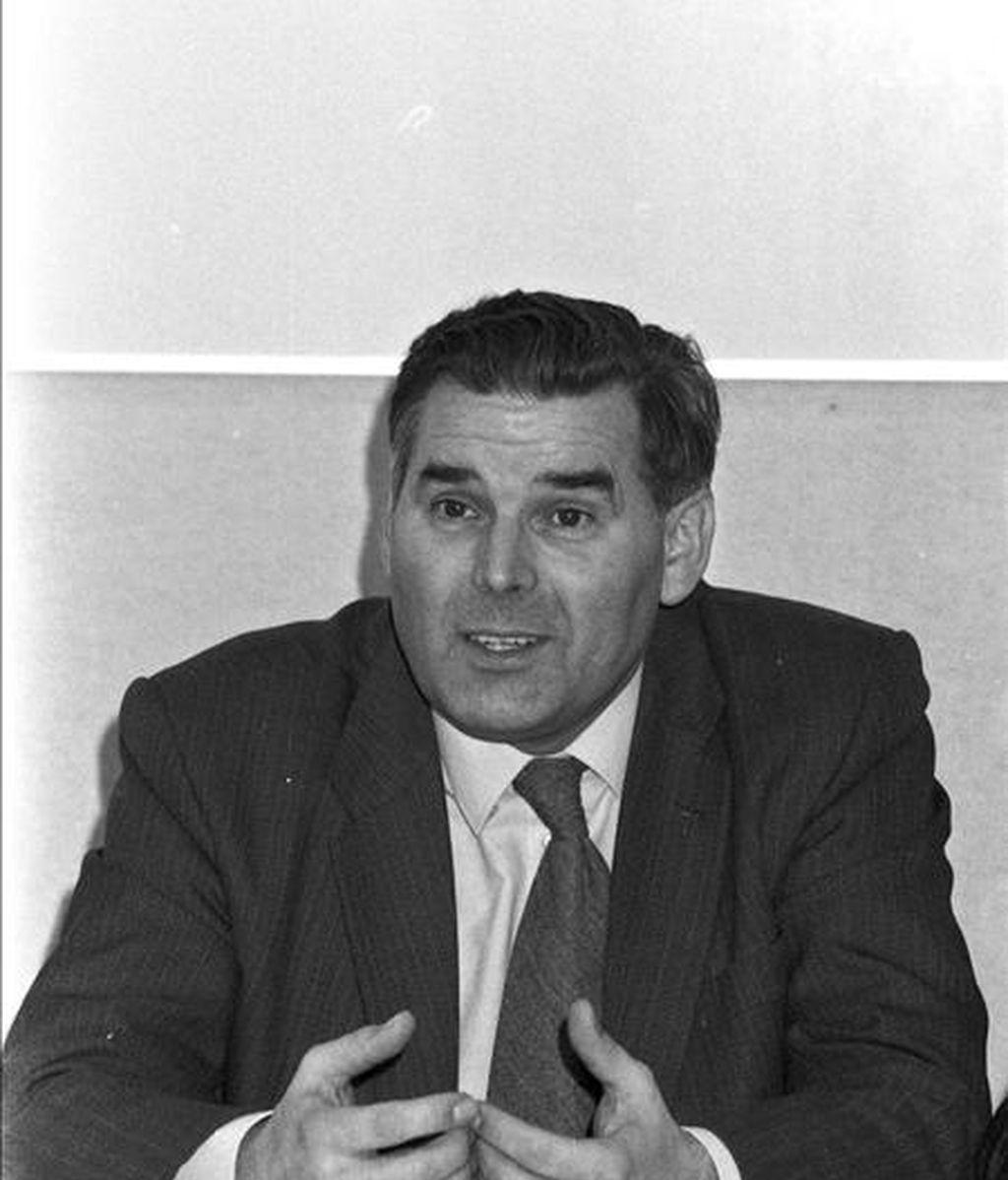 Fotografía de archivo tomada el 19 de diciembre de 1984 que muestra al obispo de Brujas Roger Vangheluwe durante la rueda de prensa posterior a su designación como tal. La Iglesia católica no juzgará al ex obispo de Brujas por abusar de un menor. EFE/Archivo